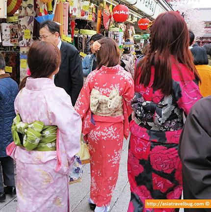 ladies in kimono in asakusa tokyo